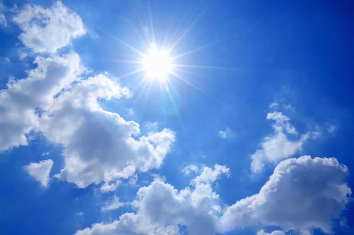 明るい日差しの差す空