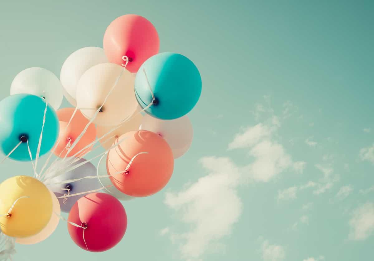 記念日に空へ上げる風船
