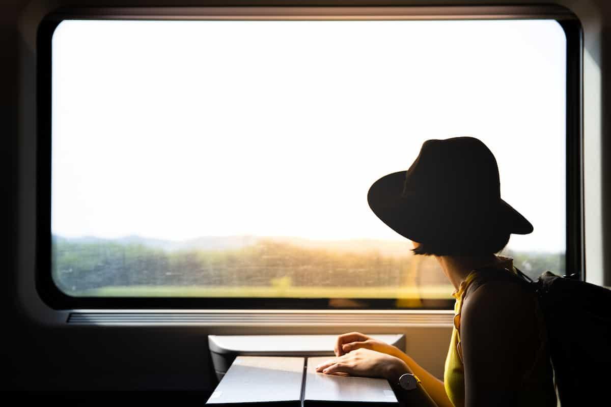 鉄道を使って旅行する人