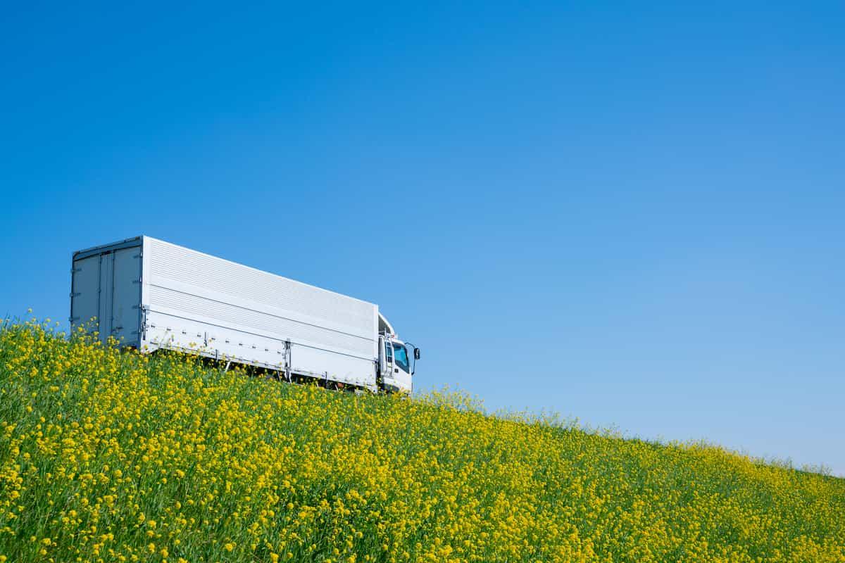 荷物を運ぶトラック